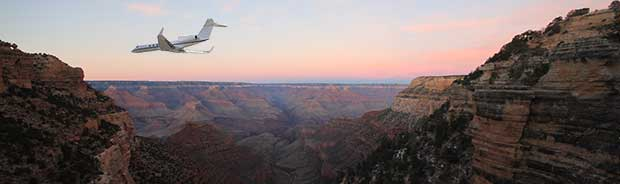 Avion volant dans le Grand Canyon au crépuscule