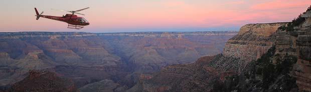 Un hélicoptère volant au crépuscule dans le Grand Canyon.