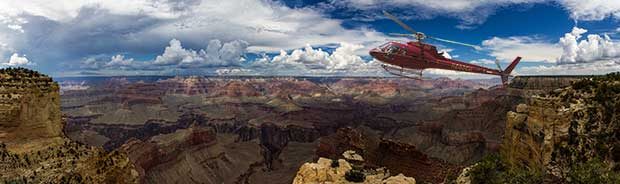 Un hélicoptère volant lors d'une excursion au Grand Canyon.